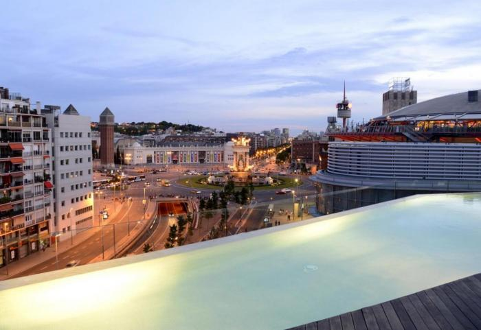 B hotel with pool and terrace in pla a espanya for Pool show barcelona