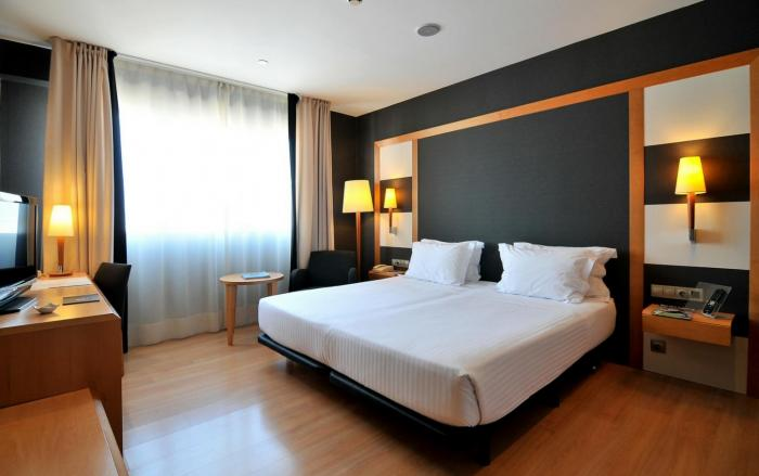 family rooms barcelona jacuzzi suites at hotel barcelona universal. Black Bedroom Furniture Sets. Home Design Ideas